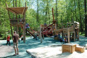 Spielplatz mit vielen Kindern