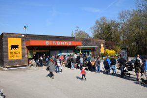 Eingang des Tierparks mit einer Warteschlange