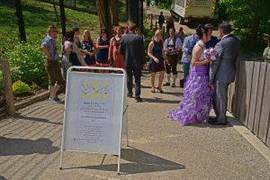 Informationsschild über das Stattfinden der Hochzeit auf der Aussichtsterrasse