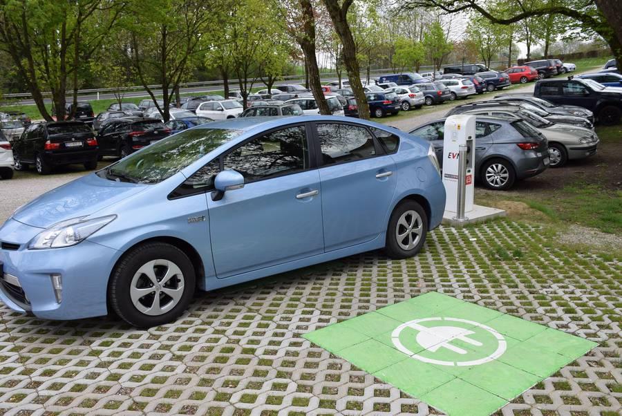 E-Tankstelle am Parkplatz des Tierparks Stadt Haag mit einem Auto