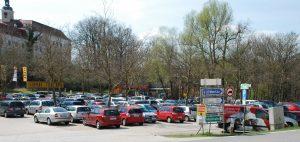 Tierpark Parkplatz mit Eingang und Schloss Salaberg © Tierpark Stadt Haag